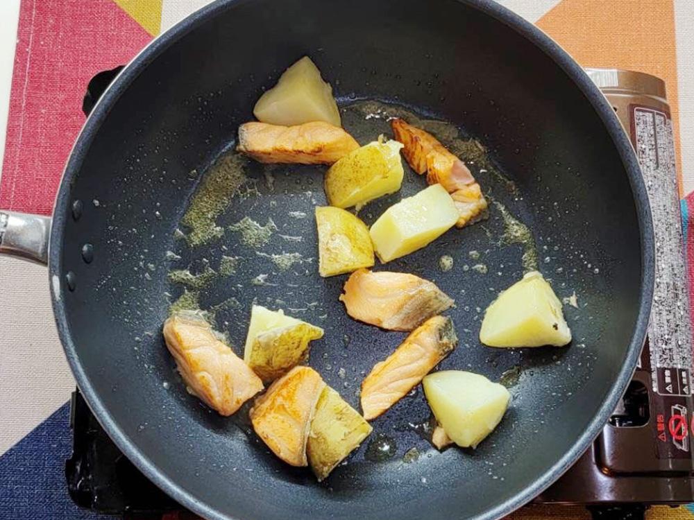 熟成キングサーモン麹漬け100gを1口だいにカットし、薄力粉をまぶす。じゃがいもは30分ほどお湯でボイルして火を通す。