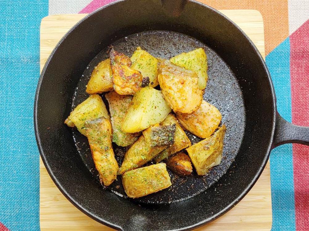 2.フライパンにオリーブ油を引いて薄力粉をまぶしたキングサーモンを並べて焼いていく。